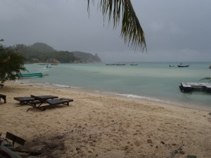 Verlaten stranden en donkere wolken