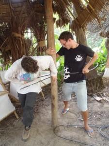 Vera buigt het betonijzer samen met Mauricio.
