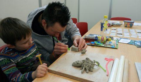 Jong en oud vermaken zich bij de workshop Koraal Tuinieren.