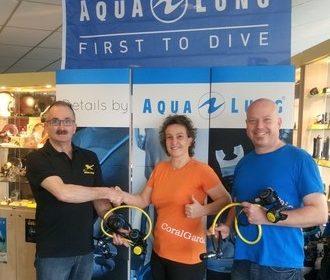 Donatie van 2 Aqua Lung door Gard van Megadiving aan