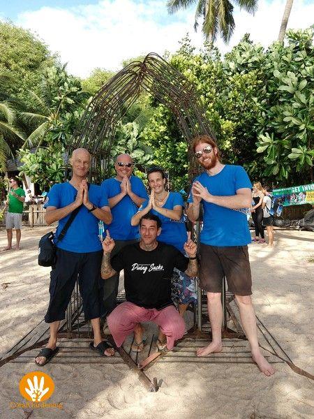 CoralGardening team met Thai Wai handen.