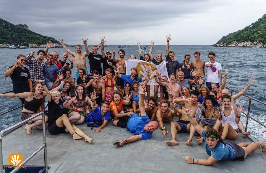 Het EcoDay-team dat meegedaan heeft aan de reefcleanup en de constructie van de Thai Wai handen
