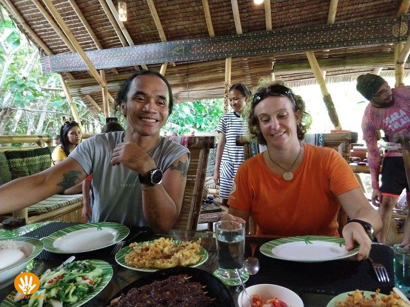 Lunch met Kaka Slank in Mimpi Indah Resort voordat ze gaan duiken.
