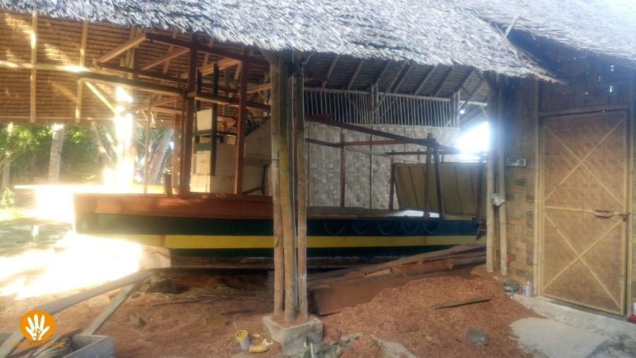De Mimpi Indah boot wordt gerenoveerd in het boothuis.