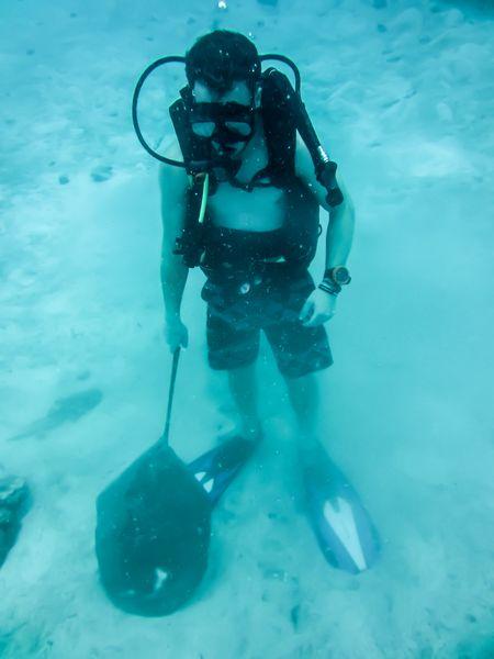 Een duiker met een bloemblad voor de CoralGarden.