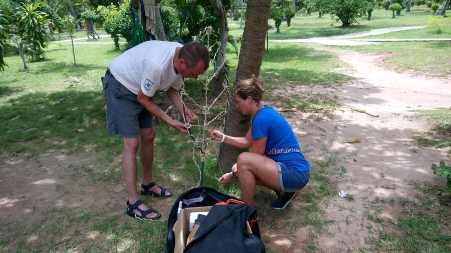 Charlotte en Arjan maken een blad met sisaltouw.