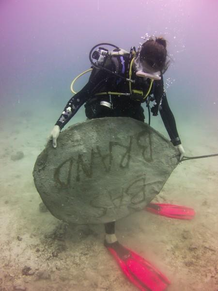 Charlotte met een blad voor de CoralGarden